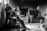 Un ragazzo aiuta nella rasatura un suo compagno.