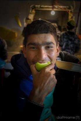 Mordere una mela con gioia.