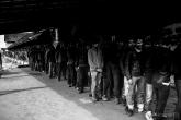 Centinaia di piedi aspettano ordinati la colazione.